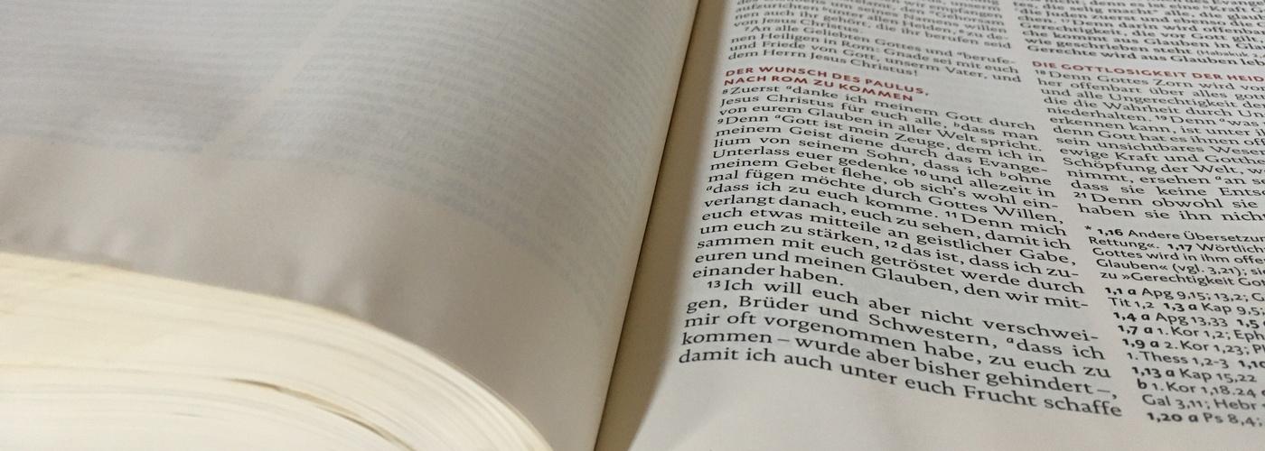 In der Altarbibel ist der Beginn des Römerbriefes aufgeschlagen.