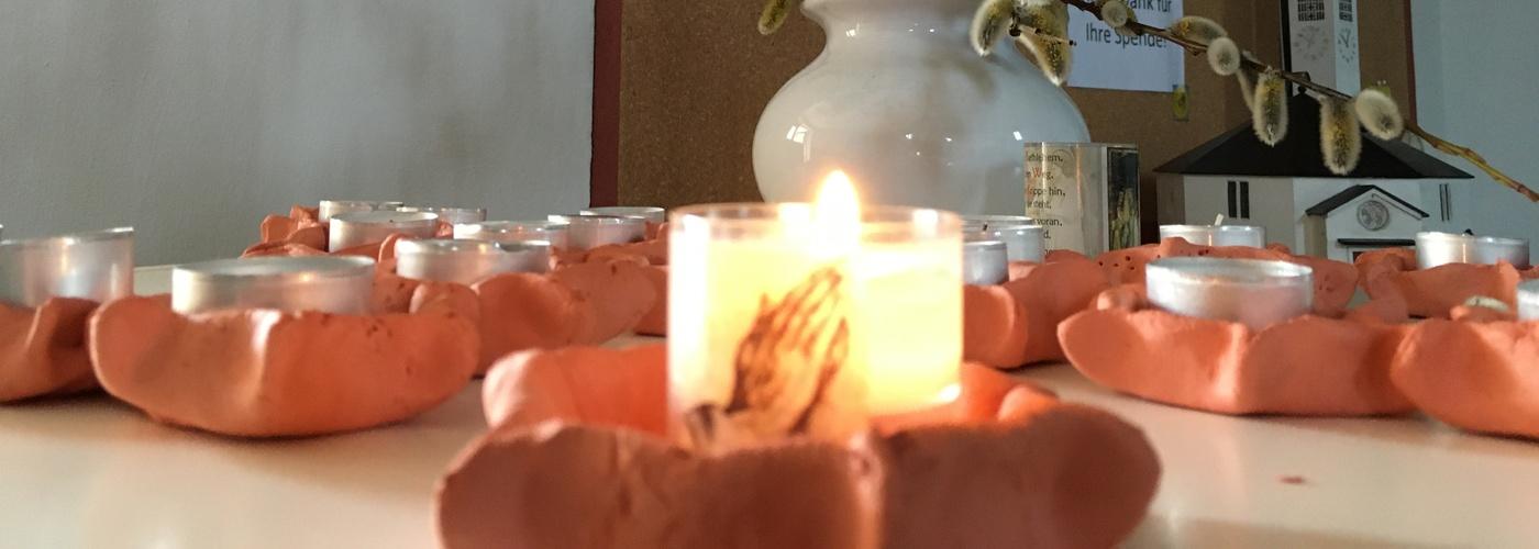 """""""Lass warm und hell die Kerzen heute flammen"""" - so dichtete Dietrich Bonhoeffer in seinem Lied: """"Von guten Mächten"""""""
