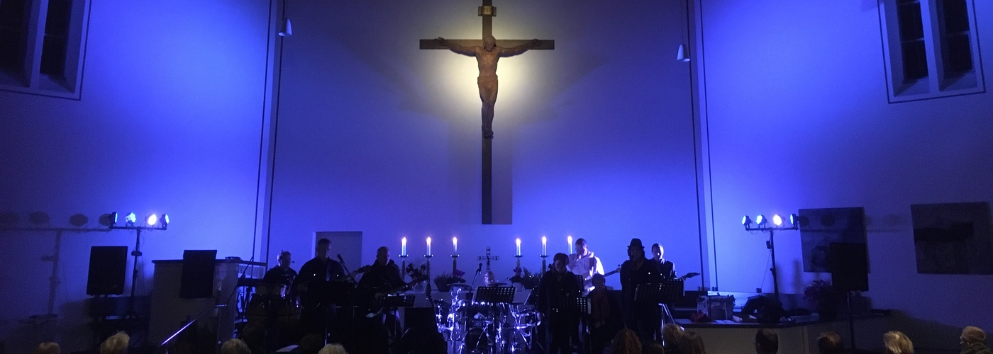 Das Bild zeigt den farbig beleuchteten Innenraum der Kirche